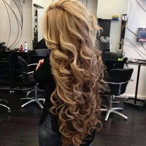 """Stylizacja włosów kręconych  Pewnie wiele z Was prostuje włosy, używa pianek, żelów lub lakierów do włosów. Większość produktów do stylizacji je wysusza, przez co łatwiej się puszą i niszczą. Najlepiej z nich zupełnie zrezygnować, tak jak i z prostownicy. Dobrym zastępcą tych produktów jest żel lniany. Świetne loki można uzyskać ugniatając nim kosmyki. Jest całkowicie bezpieczny dla włosów, a nawet sporo dziewczyn zauważyło po nim poprawę ich stanu. Najlepiej stosować go tuż po umyciu i wyczesaniu włosów. Na sucho nie ma takiego efektu 'wow', ale może pomóc w sytuacjach krytycznych. Żel w prawdzie nie jest tak trwały jak napakowane chemią drogeryjne kosmetyki, ale nie skleja włosów, przez pierwszy dzień nadaje im objętość i blask, a także działa nawilżająco na włosy.   Potrzebujemy * 2-3 łyżki siemienia lnianego (niemielonego) * szklankę wody Gotujemy wodę w garnuszku, a gdy zaczyna wrzeć dodajemy siemię. Mieszamy i obserwujemy gęstość. Gdy woda robi się """"glutowata"""" zdejmujemy z ognia i cedzimy przez sitko.  Żel przechowywany w lodówce nadaję się do użytku przez 2 tygodnie."""