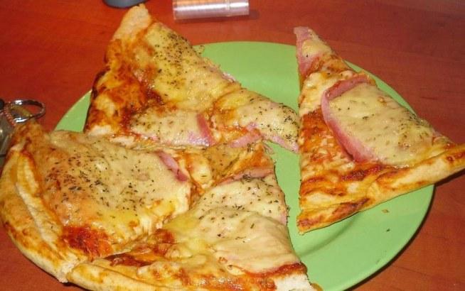Pizza bez drożdży  Czas przygotowania: 30 minut Czas pieczenia: 20 minut Ilość porcji: 8 Składniki 2 szklanki mąki 1/3 szklanki oliwy lub oleju 2/3 szklanki mleka 2 łyżeczki proszku do pieczenia (ewentualnie sos:) 2 łyżki koncentratu pomidorowego 2 łyzki wody szczypta soli szczypta pieprzu łyżeczka czosnku łyżeczka oregano łyżeczka bazylii + ulubione   Etapy przygotowania  Połączyć wszystkie składniki razem. Zagnieść ciasto, rozwałkować i ułożyć na blasze.  Posmarować sosem i na to wrzucić swoje ulubione dodatki :) Piec w temp. 150 stopni przez ok 15-20 min.  ps. Ja zawsze na koniec (5 min przed wyjęciem pizzy z piekarnika) posypuje ją ziołami prowansalskimi, dzięki temu ma piękny zapach i jeszcze lepiej smakuje. Na zimno smakuje równie pysznie :)  SMACZNEGO !  przepis pochodzi z mojegotowanie.pl