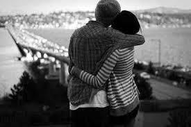 """Pewna dziewczyna, świeżo skończyła 17 lat, zapytała się swojego chłopaka co jej da w prezencie na 18ste urodziny. Chłopak powiedział, że jest jeszcze dużo czasu do jej 18, jeszcze cały rok. Minął rok i krótko przed jej urodzinami dziewczyna zasłabła. Chłopak zawiózł ją do szpitala, po czym rozmawiał z doktorem. Lekarz powiedział, że ma problemy z jej sercem. Dziewczyna usłyszała rozmowę i spytała się jej chłopaka czy umrze, chłopak zaczął płakać. W jej 18ste urodziny dziewczyna mogła już wrócić do domu po operacji, gdzie znalazła list leżący na stole:""""Cześć kochanie, jak widzisz wszystko przebiegło dobrze. Spytałaś się mnie co Ci podaruje w prezencie na Twoje 18 urodziny, dałem Ci moje serce. Wszystkiego najlepszego, Kocham Cię""""."""