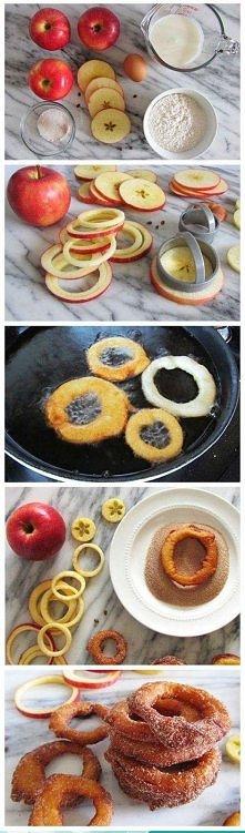 Z jabłek wycinamy talary ,zamaczamy je w mące,potem w mleku i powtórnie w mąc...