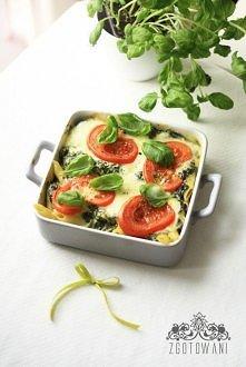 Zapiekanka ze szpinakiem mozzarellą i pomidorami  Składniki:  ok. 500 g mrożonego szpinaku ( ja użyłam takiego z liśćmi w całości) ok 200-250 g makaronu 30o ml śmietany 12% lub ...