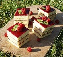 Kostka waniliowo-malinowa  Składniki: Ciasto: 3 jajka 210 g cukru 3 łyżki mio...
