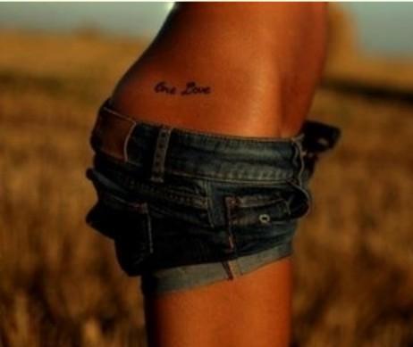 Napis Tatuaż Na Biodrze Na Tatuaże Zszywkapl