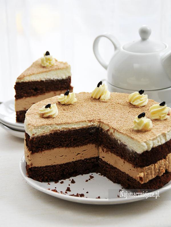 Czekoladowe ciasto Cappuccino Składniki (forma o średnicy 20 cm): Ciasto czekoladowe: 3 jajek 70 g rozpuszczonej gorzkiej czekolady 70 g miękkiego masła 1 łyżka kawy rozpuszczalnej 90 g drobnego cukru 70 g mąki pszennej 0,5 łyżeczki proszku do pieczenia Masa cappuccino: 150 g serka mascarpone 150 g śmietany kremówki 2 łyżeczki żelatyny 30 g kawy cappuccino czekoladowe w proszku 2 łyżki cukru (do smaku) Masa śmietanowa: 200 g śmietanki 30 % cukier puder (do smaku) cappuccino czekoladowe (do posypania ciasta) Dalsza część przepisu po kliknięciu w zdjęcie ;)