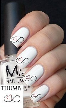Białe paznokcie ze znakiem nieskończoności i serduszkiem