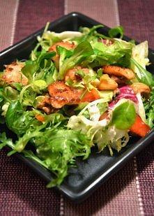 sałatka z awokado i kurczakiem Składniki: - mieszanka ulubionych sałat - pojedyncza pierś kurczaka - 1 awokado - pół czerwonej papryki - 2 średniej wielkości pomidory - 50 g orz...