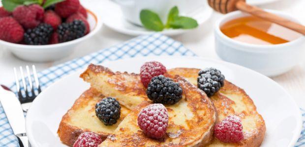 Słodkie danie na śniadanie  olej, cukier, cynamon,  200 ml (1 szklanka) soku brzoskwiniowego.  Słodkie danie na śniadanie - sposób przygotowania Rozpuść mleko w 100 ml (1/2 szklanki) wody. Wbij jajko, rozmieszaj z mlekiem i zanurz kromki chleba. Smaż z obu stron na gorącym oleju. Po usmażeniu na złoty kolor posyp cukrem i cynamonem. Podawaj razem z sokiem brzoskwiniowym.  Dla odmiany możesz posypać cukrem wymieszanym z czekoladą w proszku.