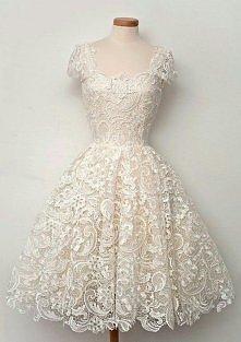 Biała koronkowa sukienka. Czasami im skromniej tym piękniej. :)