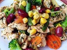 SKŁADNIKI:  150g piersi z kurczaka 250g mrożonej mieszanki warzywnej(ziemniaki, brokuły, marchew, fasolka szparagowa, fasola czerwona, kukurydza, papryka, cebula) łyżka oliwy z ...