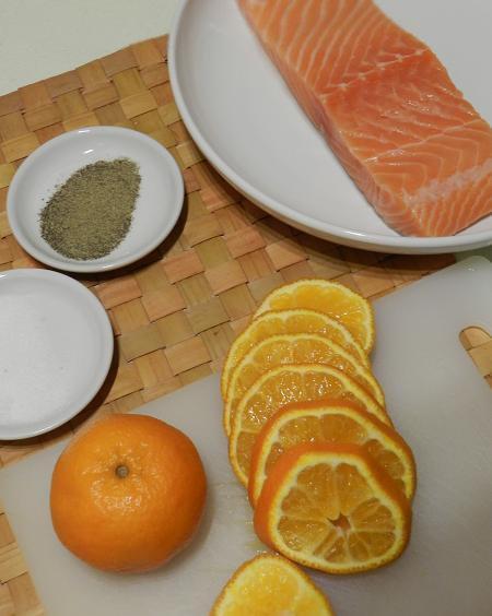 Łosoś w pomarańczach. [filet lub dzwonko]  Bardzo łatwy przepis. Sam w sobie szybki ale musi trochę postać w lodówce, więc trzeba się zdecydować wcześniej niż przed samym obiadem.  Wystarczy przyprawić łososia solą i pieprzem [nawet nie musi być cytrynowy], wyszorować pomarańcze, obrać, pokroić w plastry i ułożyć w pojemniku lub naczyniu żaroodpornym [w zależności czy chcemy go usmażyć czy upiec], na to łosoś i znów pomarańcze. całość odłożyć na kilka godzin do lodówki a po wyjęciu usmażyć lub upiec w piekarniku, jeśli uważamy na kalorie. Mnie osobiście, chociaż zdrowsza pieczona, bardziej smakuje smażona. Poza tym podsmażam też przez kilkadziesiąt sekund pomarańcze, żeby się podgrzały [nie za długo, bo będą gorzkie], szkoda przecież żeby się zmarnowały a raczej nikt nie zje takich które leżały na surowej rybie.  Ponadto: 1.Jeśli ryba nie mieści się w jednej warstwie dobrze jest między jedną a drugą dać kolejne plasterki pomarańczy, żeby na pewno przeszła ich smakiem. 2.Można oprócz pomarańczy skropić dodatkowo łososia sokiem z mandarynek [ja tak zwykle robię]  no i gotowe. Do tego oczywiście ulubiona surówka, chociaż jeśli mamy dużo pomarańczy to i bez tego się obejdzie. Smacznego i jeśli ktoś wypróbuje, to piszcie jak Wam się widzi wizja pomarańczy zamiast cytryny lub pieprzu cytrynowego.