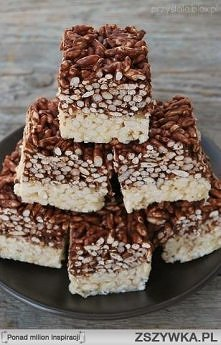 KRUCHY BLOK RYŻOWO-CZEKOLADOWY:  warstwa z białą czekoladą: - 55 g masła - 1 łyżka płynnego miodu - 150 g białej czekolady - 50 g ryżu preparowanego  warstwa z ciemną czekoladą:...