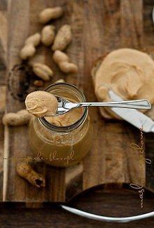 Przepis na domowe masło orzechowe z orzechów arachidowych:  2 szklanki prażonych, solonych orzeszków ziemnych Sposób przygotowania:  Jeżeli nie mamy prażonych orzechów, to praży...