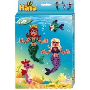 """Tym razem Koraliki Hama dla 5 latków.   Zestaw Hama 3431 Syrenki - to 2000 Koralików Hama Midi do zaprasowywania. Oprócz koralików zajdziecie w nim podkładkę w kształcie syrenki, kolorowe projekty, instrukcję wykonania oraz papier do zaprasowywania.   Zobaczcie jak kolorowe mogą być """"zaprasowane"""" Syrenki:)  Pomoc rodziców obowiązkowa !!!"""