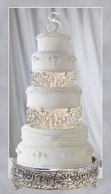 Torty ślubne z biżuterią