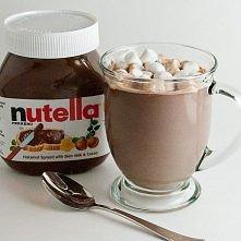 Gorąca czekolada z Nutelli. Na cztery szklanki mleka potrzeba pół szklanki Nutelli. Całość trzeba podgrzać w garnuszku do roztopienia Nutelli i nagrzania czekolady. Na wierzch m...
