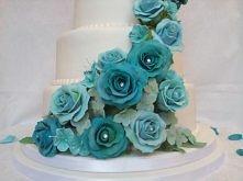 tort z niebieskimi kwiatami