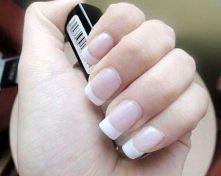 Sprawdzone sposoby na białe paznokcie: 1)Pasta wybielająca paznokcie: 3 łyżeczki sody oczyszczonej, 1 łyżeczka wody utlenionej, szczoteczka do zębów lub paznokci. Wymieszaj sodę...