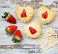 Walentynkowe babeczki migdałowe z truskawkami