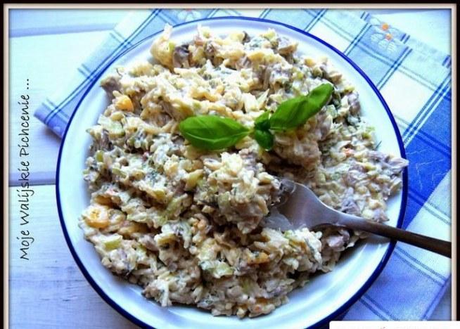Składniki:  2 woreczki ryżu ugotowanego na sypko ok 250g pieczarek biała część z 2 porów majonez pieprz sól koperek   Wykonanie:    Pieczarki kroimy w kostkę, podsmażamy na maśle, studzimy. Białą część pora kroimy drobno, jeśli nie lubimy (albo nie możemy jeść) surowego pora, parzymy go na sicie wrzątkiem. Traci wtedy swoją ostrość. W misce mieszamy: ugotowany ryż, usmażone pieczarki, białą część pora, koperek i majonez. Doprawiamy do smaku solą i pieprzem i chłodzimy jak większość sałatek w lodówce min. 1h. Smacznego!