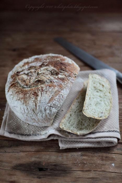 Chrupiący chleb ziołowy i kilka słów o garnkach żeliwnych