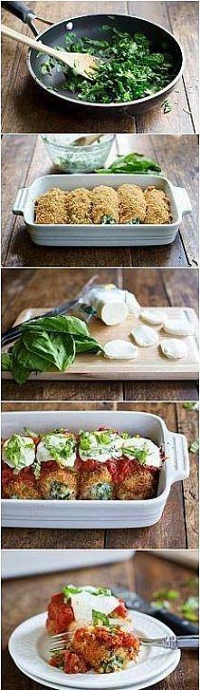 Skład: 3 filety z kurczaka szpinak (jeżeli wybierzemy ten mrożony to ok. 3 kostki) 200 g koncentratu pomidorowego 1 mozzarella 1 łyżka miodu 1łyżka ziół prowansalskich 5 ząbków czosnku sól pieprz olej A oto jak to zrobić: 1. Filety z kurczaka przekroić na pól i stłuc tłuczkiem. 2. Filety posolić i popieprzyć, a w tym czasie na patelnie wrzucić szpinak z jedną łyżką oleju, dodać 2 ząbki czosnku, sól i pieprz oraz przesmażyć kilka minut. 3. Przygotowane wcześniej filety posmarować szpinakiem i zawinąć w roladki. 4. Naczynie żaroodporne polać niewielką ilością oleju i ułożyć roladki. 5. W miseczce rozrobić przecier pomidorowy z ¾ szklanki wody, dodaję miód, zioła prowansalskie, sól, pieprz i 3 ząbki czosnku. 6. Tak przygotowanym sosem polać roladki i ułożyć na każdej plasterek mozzarelli oraz posypać odrobiną ziół prowansalskich. 7. Roladki piec w piekarniku nagrzanym do 200C przez ok. 30 min, na koniec ustawić piekarnik na pieczenie z góry i piec 5 min.