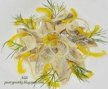 Śledzie w oleju z cebulką i żółtą papryką