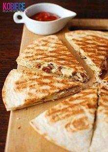 QUESADILLA Z KURKAMI I KURCZAKIEM...pyszności :) Składniki: -4 placki tortilli, -200 g sera żółtego, -125 g kurek, -1 udo kurczaka, -1 cebula, -3 łyżki jogurtu greckiego, -½ łyż...