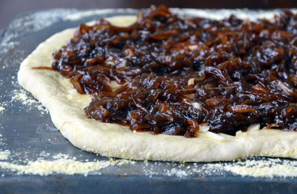pizza z karmelizowaną cebulą