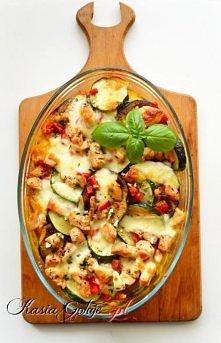 Zapiekanka ziemniaczana z kurczakiem i bakłażanem Składniki 6 średnich ziemniaków 1 bakłażan 1 cukinia 1/3 czerwonej papryki 1 filet z kurczaka 1 kulka mozzarelli sól, pieprz, b...