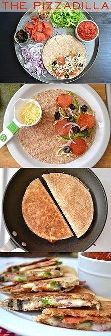 Pizzowa tortilla: tortilla, ser(mozzarella), plastry pepperoni, papryka, czerwona cebula, czarne oliwki, pieczarki.