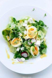 Sałatka z jajkiem i fetą Składniki, 2 porcje: • 2 jajka • 100 g sera typu feta • 1/4 sałaty lodowej • garść roszponki • 4 rzodkiewki • 1/4 ogórka szklarniowego • 1 zielona papry...