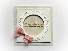 Przestrzenna kartka w beżu i bieli, zdobiona delikatnymi przeszyciami, zwiewną różową wstążką oraz przestrzennym tekturowym napisem Gratulacje. Wykonana z materiałów wysokiej ja...