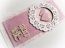 Przestrzenna kartka w różu i fiolecie, z dodatkiem białej rozety, zdobiona delikatnymi przeszyciami oraz przestrzennym tekturowym napisem *man&wife*  Do kupienia w sklepie o...