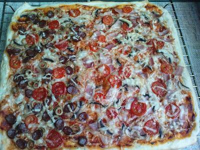 Pyszna pizza z ciasta drożdżowego wyrastającego w lodówce.