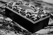 Eleganckie B&W pudełko na chusteczki zdobione metodą decoupage - wyk. Eldanii Decoupage, photo by Arcadius Mauritz