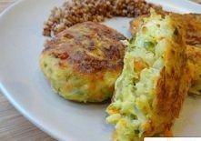 Składniki: 1/2 główki włoskiej kapusty (około 800 g) 2 marchewki 1 cebula 100 g żółtego sera startego na tarce (duże oczka) 2 jajka 2 łyżki bułki tartej sól, świeżo mielony czar...