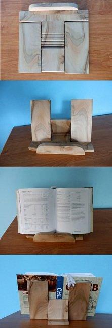 Składany, regulowany stojak na książkę kucharską. Drewno - orzech włoski.
