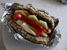 Śniadanie na wypasie, czyli bułka pełnoziarnista z jajkiem, papryką, kiełbasą z indyka, ogórkiem, pomidorem, pieczarkami podsmażanymi z cebulą na oliwie i odrobina ketchupu na s...