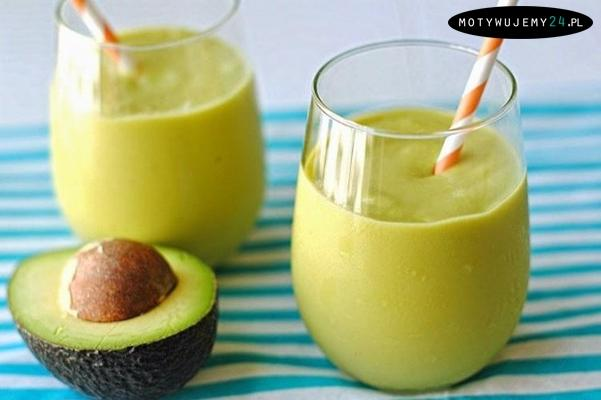 Zielony koktajl z avocado   Składniki na 2 porcje:   - 2 kiwi - 1 banan - 1 avocado - 1 szklanka jogurtu naturalnego - 1 łyżka miodu   Przygotowanie:  Wszystko razem blendujemy i gotowe.   Koktajl jest syty, dlatego z powodzeniem zastąpi nam lunch.