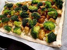 Francuska tarta z kurczakiem curry, brokułem i mozzarellą Składniki: ciasto francuskie [1 szt.] filet z kurczaka [1 szt.] (2 małe piersi z kurczaka lub jedna duża (ok 500g)) bro...