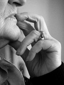#1 Dzień Babci, przede wszystkim kojarzy mi się z babcią. Moją babcią. To osoba, która kocha nas bardziej niż my siebie samych. Poświęciłaby dla nas wszystko. Jednak my czasem n...