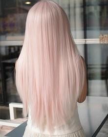 Pudrowo różowo włosy.