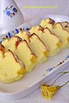Piankowy sernik  250 g mielonego sera białego 2 jajka 4 białka 150 g cukru 1 zaokrąglona łyżka mąki ziemniaczanej  Do sera dodać żółtka, cukier i mąkę ziemniaczaną, krótko zmiks...