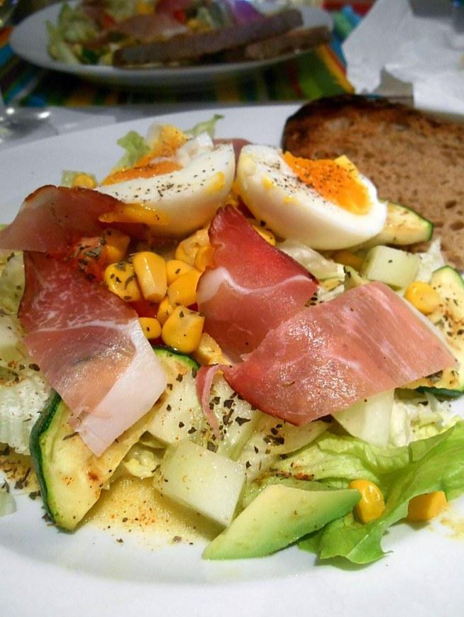 Sałatka z szynką Schwarzwaldzką, grillowaną cukinią, kukurydzą, jajkiem i awokado. Samo zdrowie!