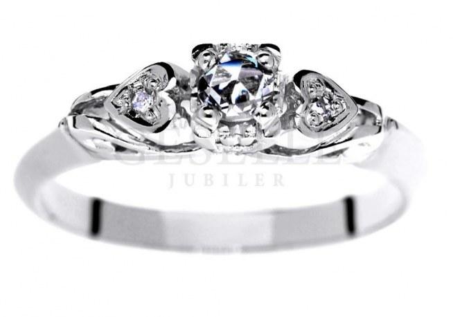 WZ 004 Retro pierścionek z białego złota próby 585 (14K) z trzema brylantami o masie 0,12 ct, idealny również na zaręczyny od GESELLE Jubiler