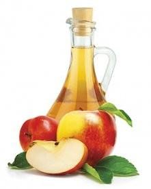 plukanka z octu jablkowego. do szklanki detniej wody dodaj 2łyżki octu jablkowego i nalej na umyte wlosy. zapach octu szybko ustapi a Ty zyskasz mocniejsze, lśniące mniej przetl...
