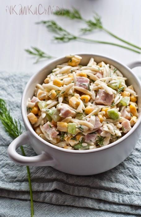 """Mega sałatka <3 polecam !  Sałatka z makaronem ryżowym, świeżym ogórkiem, kukurydzą, szynką i koperkiem .  -250 g makaronu w kształcie ryżu (Orzo) -250 g chudej szynki (w kawałku) -2 średnie ogórki  -puszka kukurydzy (ok. 300 g) -pęczek koperku  Sos jogurtowo-majonezowy: -1 ząbek czosnku -2 łyżki majonezu -2 łyżki jogurtu naturalnego -sól, pieprz  Makaron gotujemy w osolonej wodzie. Odcedzamy i studzimy. Ogórki myjemy i obieramy ze skórki. Szynkę i ogórki kroimy w kostkę. Kukurydzę odsączamy z wody. Koperek drobno siekamy.   Ząbek czosnku przeciskamy przez praskę, mieszamy z majonezem i jogurtem. Doprawiamy solą i pieprzem.  Wszystkie składniki sałatki przekładamy do miski, dodajemy sos jogurtowo-majonezowy i mieszamy.  Sałatkę schładzamy w lodówce przez kilka godzin, aby smaki się """"przegryzły"""".   Smacznego!"""
