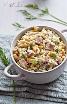 Mega sałatka <3 polecam !  Sałatka z makaronem ryżowym, świeżym ogórkiem, kukurydzą, szynką i koperkiem .  -250 g makaronu w kształcie ryżu (Orzo) -250 g chudej szynki (w kaw...