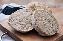 Składniki (na 9 dużych bułek):      400 mąki żytniej     200 maki pszennej     60 drożdży     300 ciepłej wody     1 łyżka cukru     2 łyżki oleju     1,5 łyżeczki soli  Bułki z...