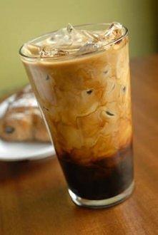 Mrożona Mocha  Składniki:  - podwójne espresso -lód (około 4 kostek - 1/4 szklanki) -łyżka czekoladowego syropu lub czekolada  Przygotowanie:  Do przygotowanej kawy dodajemy cze...